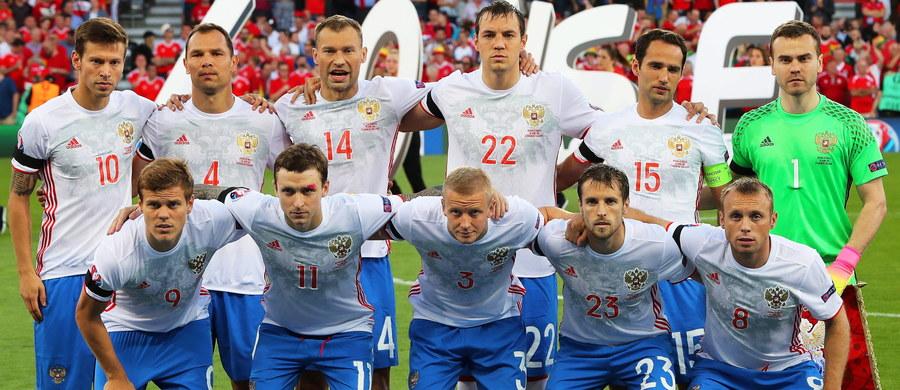 Już ponad 400 tysięcy osób podpisało w internecie petycję o rozwiązaniu piłkarskiej reprezentacji Rosji. Liczba zwolenników takiego kroku wciąż rośnie. Rosjanie wylecieli z mistrzostw Europy we Francji nie wygrywając ani jednego spotkania. W swojej grupie zdobyli zaledwie jeden punkt.