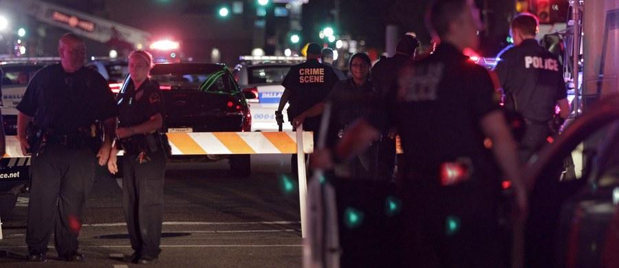 """Pięciu policjantów zginęło, a dziewięć  osób zostało rannych od kul co najmniej dwóch snajperów podczas manifestacji przeciw brutalności policji w Dallas w Teksasie - podały w piątek lokalne władze. Trzy osoby zatrzymano, jednego z napastników zabiła policja. """"To była druzgocąca noc. Ze smutkiem informujemy, że zginął piąty policjant"""" - napisała policja z Dallas w piątek rano czasu polskiego na Twitterze."""