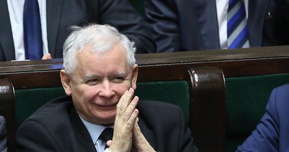 Gdyby wybory do Sejmu odbyły się na początku lipca, na PiS zagłosowałoby 39 proc. zdeklarowanych uczestników głosowania - wynika z najnowszego sondażu CBOS. PO uzyskałaby 15 proc. poparcia, Nowoczesna - 14 proc. Do Sejmu dostałoby się jeszcze ugrupowanie Kukiz'15 (8 proc.).