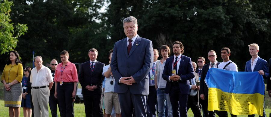 Prezydent Ukrainy Petro Poroszenko oddał w piątek w Warszawie hołd ofiarom zbrodni wołyńskiej. Złożył kwiaty i zapalił znicz przed pomnikiem ofiar zbrodni na Skwerze Wołyńskim na warszawskim Żoliborzu. Poroszenko uczestniczy w rozpoczętym w piątek szczycie NATO w Warszawie.