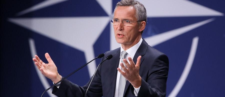 """""""Przedstawiciele państw NATO zdecydowali o wydłużeniu misji w Afganistanie poza rok 2016"""" - poinformował podczas drugiego dnia szczytu sekretarz generalny Sojuszu Jens Stoltenberg. Dodał, że misja w tym kraju będzie realizowana poprzez elastyczny model regionalny. W Warszawie - podczas jednego z najważniejszych w ciągu ostatnich lat szczytów NATO - obraduje 61 delegacji, w tym 18 prezydentów i 21 premierów. Wśród nich prezydent USA Barack Obama."""