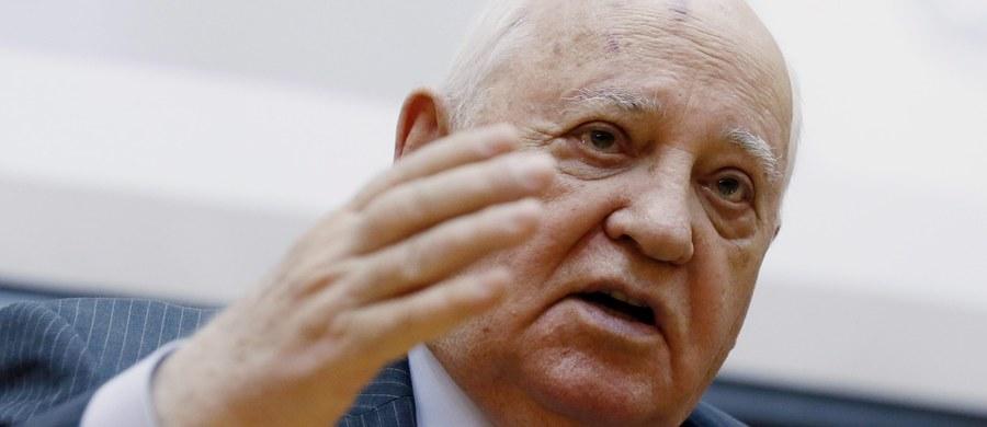 """Były prezydent ZSRR Michaił Gorbaczow ocenił, że NATO zaczęło przygotować się do zmiany zimnej wojny w """"gorącą"""". Zarzucił Sojuszowi Północnoatlantyckiemu, że jedynie mówi o obronie, podczas gdy w rzeczywistości przygotowuje się do działań ofensywnych."""