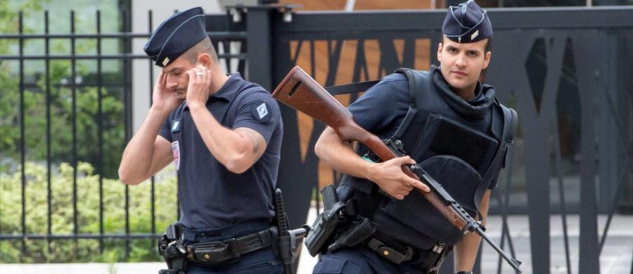 Nadzwyczajne siły policji, żandarmerii i wojska czuwać będą nad bezpieczeństwem kibiców w czasie jutrzejszego finału mistrzostw Europy. W spotkaniu, które rozpocznie się o 21 zmierzy się Francja z Portugalią. Szczególnie chronione będą nie tylko okolice stadionu w Saint-Denis pod Paryżem, ale również m.in. Pola Elizejskie.