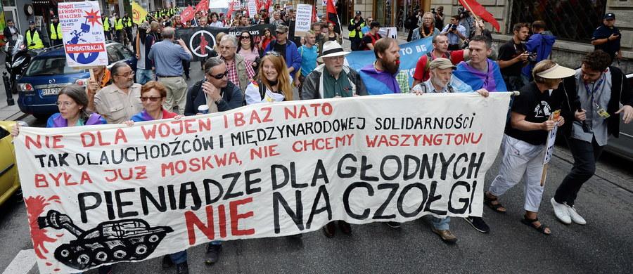"""Manifestacja pod hasłem """"Pieniądze dla głodnych, nie na czołgi"""" przeszła w sobotę ulicami Warszawy. Protestujący sprzeciwiali się NATO i jego bazom w Polsce. Przypomnijmy, od wczoraj w stolicy odbywa się najważniejszy od lat szczyt Sojuszu."""