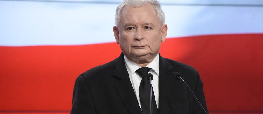 Polska powinna zwiększyć wydatki obronne - stwierdził na konferencji prasowej Jarosław Kaczyński. Prezes Prawa i Sprawiedliwości podsumował zakończony wczoraj szczyt NATO w Warszawie. Polityk chwalił też Beatę Szydło, Andrzeja Dudę i Antoniego Macierewicza.