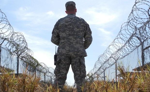 Stany Zjednoczone zwolniły z więzienia w Guantanamo na Kubie dwóch więźniów i przekazały ich do Serbii - poinformowały władze USA. W Guantanamo pozostało 76 więźniów.