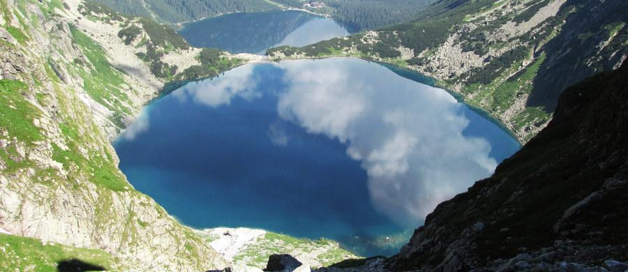 Z uwagi na bardzo duży ruch turystyczny w kierunku Morskiego Oka w Tatrach, została zamknięta droga dojazdowa do parkingu, gdzie rozpoczyna się popularny szlak. Zmotoryzowani turyści są odsyłani przez policję - powiedziała Bogusława Chlipała z TPN.