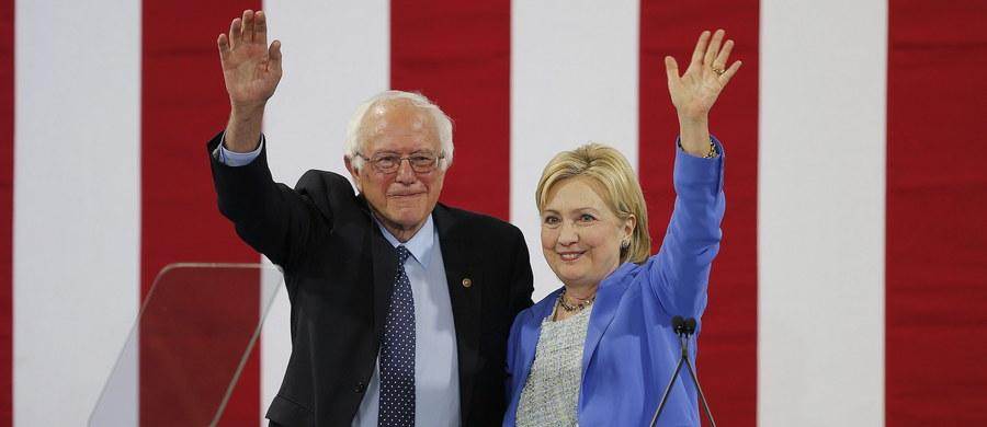 Demokratyczny senator Bernie Sanders ze stanu Vermont, główny rywal Hillary Clinton w wyścigu do partyjnej nominacji prezydenckiej, poparł ją i wystąpił z nią razem we wtorek na wiecu w Portsmouth w stanie New Hampshire.