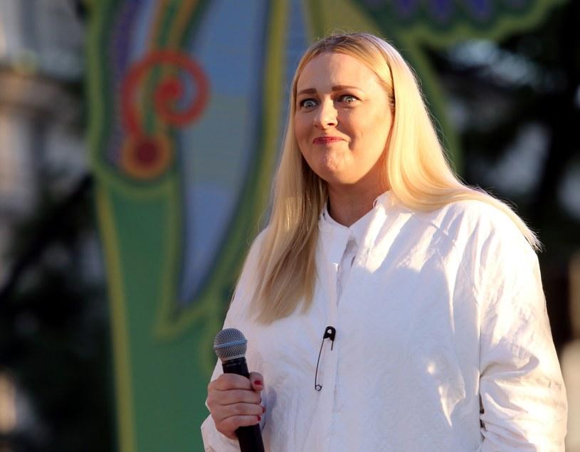 """Na planie teledysku """"Historie"""" grupy Hey, Katarzyna Nosowska odniosła poważną kontuzję (zerwane ścięgno Achillesa). Uraz spowodował, że formacja musiała odwołać dwa koncerty na trasie. Nosowska nie wycofała się z jednak z występu na Przystanku Woodstock."""