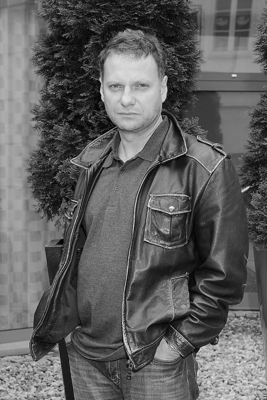 """Nie żyje aktor Marcin Kuźmiński, związany z Teatrem im. Słowackiego w Krakowie, znany z ról w filmach """"Cud w Krakowie"""", """"Zakochany Anioł"""" oraz serialach """"Barwy szczęścia"""", """"Julia"""", """"Czas honoru"""". Aktor zmarł nagle, miał 52 lata."""