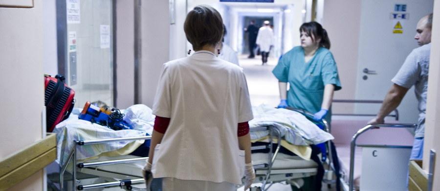 """Nie takiej propozycji oczekiwały pielęgniarki. Co z tego, że minister zdrowia Konstanty Radziwiłł chce podnieść im pensje, skoro swoją obietnicę spełni dopiero w 2022 roku? Dodatkowo, według sióstr podwyżka jest za niska i nie zniechęci ich do wyjazdu na Zachód - pisze """"Fakt""""."""