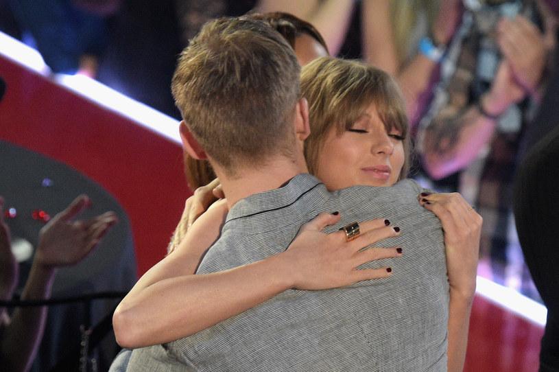 """Sprawa rozstania Taylor Swift i Calvina Harrisa nabiera rumieńców. Tym razem wokalistka padła ofiarą komentarzy fanów szkockiego producenta, którzy zarzucają jej, że próbuje """"zgnębić"""" swojego byłego chłopaka."""