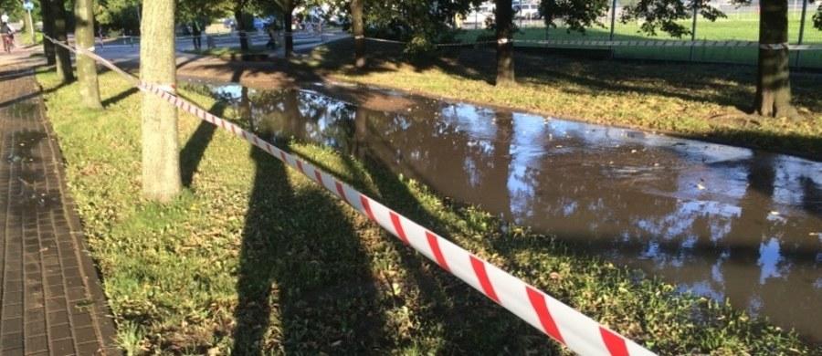 Poważna awaria wodociągowa w Warszawie. Przy Szpitalu Bródnowski pękł przewód wodociągowy o średnicy 200 milimetrów.