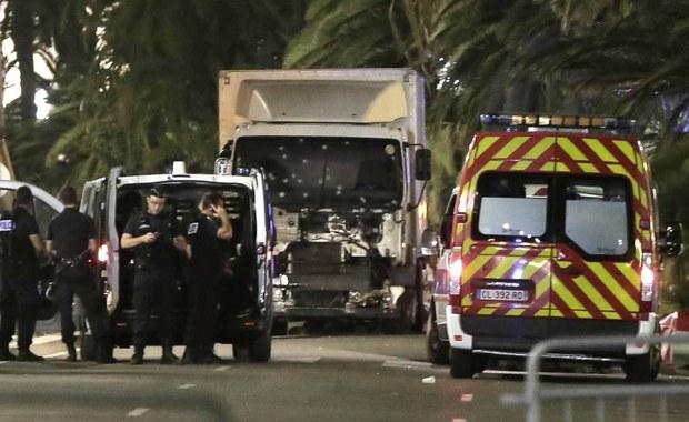 """""""Kiedyś obawialiśmy się ciężarówek pełnych materiałów wybuchowych. Teraz musimy martwić się o zwykłe ciężarówki, które mogą zostać wykorzystane jako broń"""" - ocenia na łamach serwisu CNN ekspert do spraw bezpieczeństwa Peter Bergen. To jego komentarz po krwawej masakrze w Nicei, w której zginęły co najmniej 84 osoby. Napastnik wjechał ciężarówką w zebrany na Bulwarze Anglików tłum."""