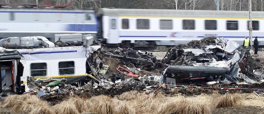 Sąd Okręgowy w Częstochowie uznał za winnych dyżurnych, którzy byli oskarżeni o nieumyślne spowodowanie katastrofy kolejowej pod Szczekocinami. Do tragedii doszło 3 marca 2012 roku. Wskutek czołowego zderzenia dwóch pociągów zginęło wówczas 16 osób, a ponad 150 zostało rannych.