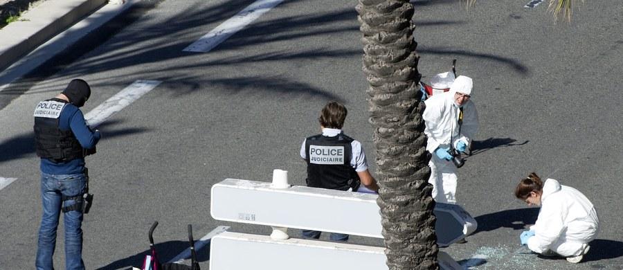 """Rośnie liczba ofiar krwawego zamachu w Nicei. Jak podała agencja AFP, powołując się na informacje z Ministerstwa Spraw Wewnętrznych, zginęły 84 osoby, a ponad 100 zostało rannych. Zarówno wśród ofiar jak i poszkodowanych jest """"wiele dzieci"""". Do tragicznych wydarzeń doszło wieczorem na Bulwarze Anglików. 31-letni mężczyzna wjechał ciężarówką w tłum świętujących na ulicy ludzi. Przejechał niemal 2 kilometry, po czym otworzył ogień. Napastnik został zastrzelony przez policjantów. Wydarzenia z Nicei relacjonujemy dla Was na bieżąco."""