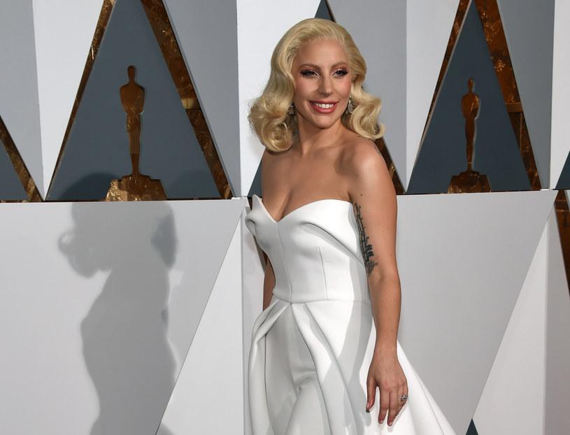 """Piosenka """"Til It Happens To You"""" Lady Gagi jest pierwszym w historii utworem, który w jednym roku otrzymał nominację do Oscara, Grammy oraz Emmy."""
