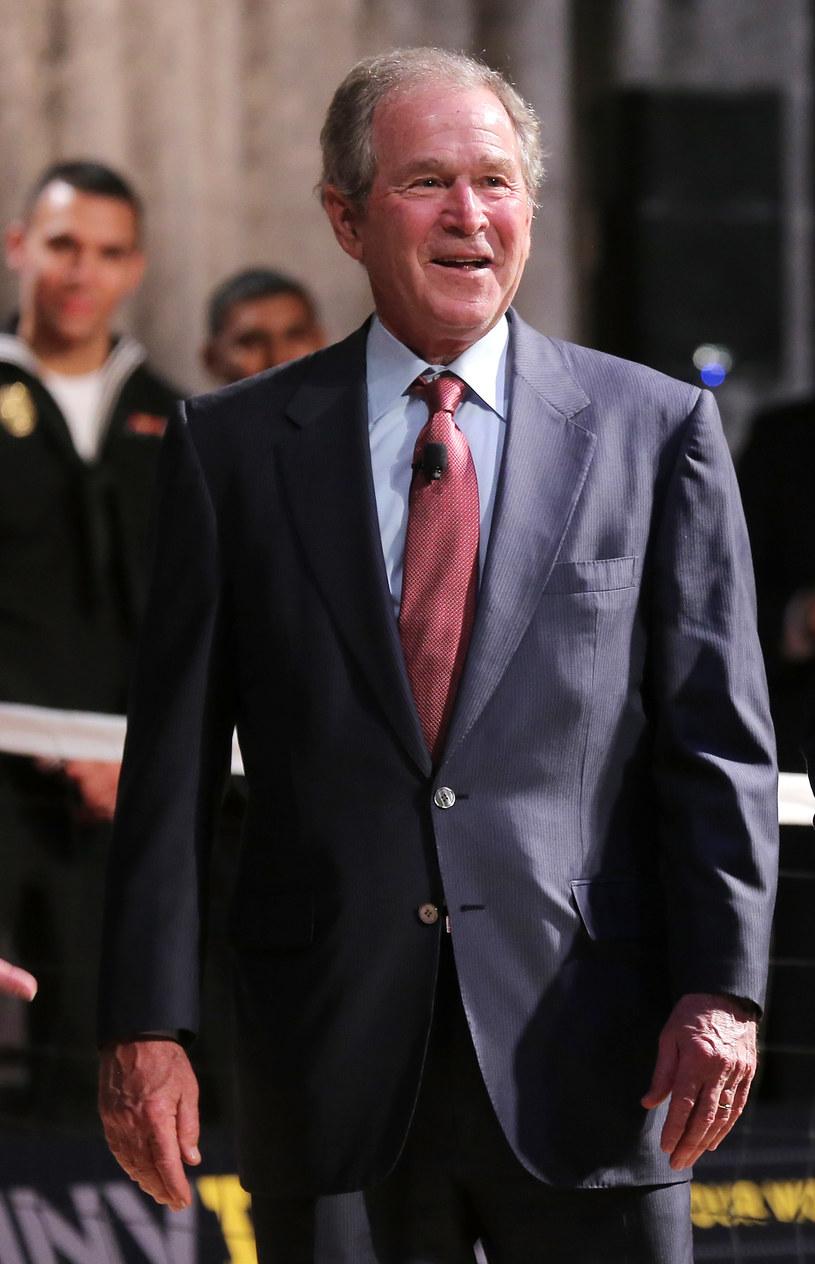 Podczas mszy poświęconej pamięci ofiar strzelaniny w Dallas były prezydent USA zachowywał się co najmniej dziwnie. Jego wesoły taniec wywołał na Twitterze prawdziwą burzę.