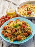 Szybkie spaghetti z oliwkami i rukolą