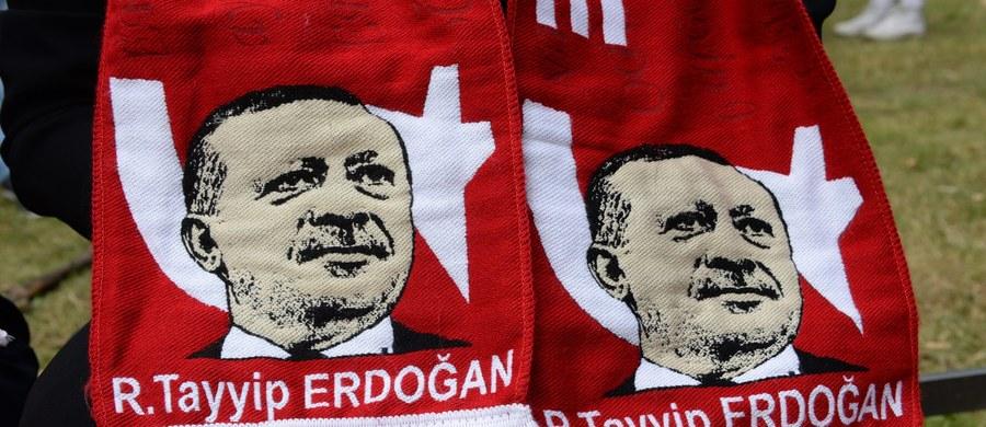 """""""Transformacja Turcji planowana przez jej prezydenta Recepa Tayyipa Erdogana głęboko podzieliła kraj, który dodatkowo jest narażony na przemoc, jaka ma miejsce w sąsiedniej, ogarniętej wojną Syrii"""" - uważa komentator BBC ds. Bliskiego Wschodu Jeremy Bowen. Takie są, jego zdaniem, przyczyny nieudanego wojskowego zamachu stanu, do którego doszło w nocy z piątku na sobotę w Turcji."""