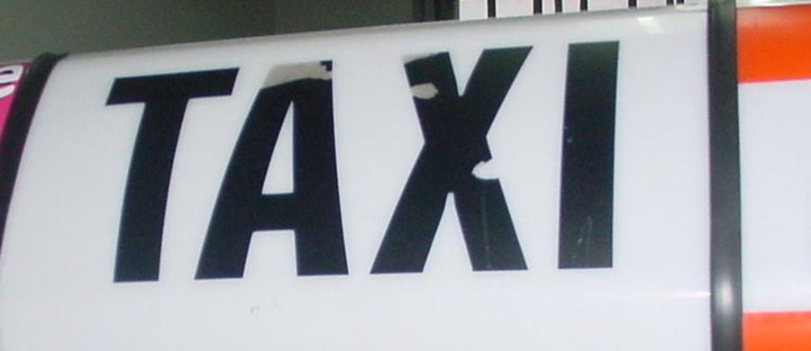 Lubelska policja zatrzymała 14-latka podejrzanego o nocny atak na taksówkarza w Lublinie. Do zdarzenia doszło przy ulicy Zbożowej. 33-letni mężczyzna z podciętym gardłem trafił do szpitala. Ma również pokaleczone ręce. Informacje o zdarzeniu dostaliśmy na Gorącą Linię RMF FM.