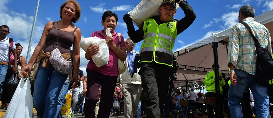 Ponad 100 tys. Wenezuelczyków przekroczyło w weekend granicę z Kolumbią, żeby zaopatrzyć się w towary pierwszej potrzeby, których brakuje w ogarniętym przez kryzys ekonomiczny kraju - poinformowała w niedzielę agencja Associated Press. W sobotę, po raz drugi w lipcu, Wenezuela otworzyła na 12 godzin granicę z Kolumbią.