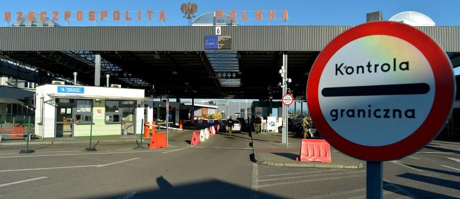 Kontrole na polskich granicach zostały przywrócone na początku miesiąca w związku ze szczytem NATO, który w Warszawie odbył się 8 i 9 lipca oraz przed nadchodzącymi Światowymi Dniami Młodzieży. Wydarzenie z udziałem papieża Franciszka rozpocznie się we wtorek, 26 lipca. Potrwa do niedzieli - 31. W ciągu kilkunastu dni kontroli funkcjonariusze odmówili wjazdu do Polski pięćdziesięciu jeden osobom.