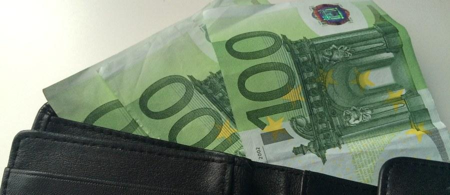 Wyłudzenie prawie 7 mln euro zarzuciła gdańska prokuratura dwóm Polakom i Francuzowi. Przestępcy stosowali hakerskie metody, podszywali się też pod inne osoby, w tym urzędników szukających środków na walkę z terroryzmem. Niemal całą wyłudzoną sumę odzyskano. Mężczyzn aresztowano.