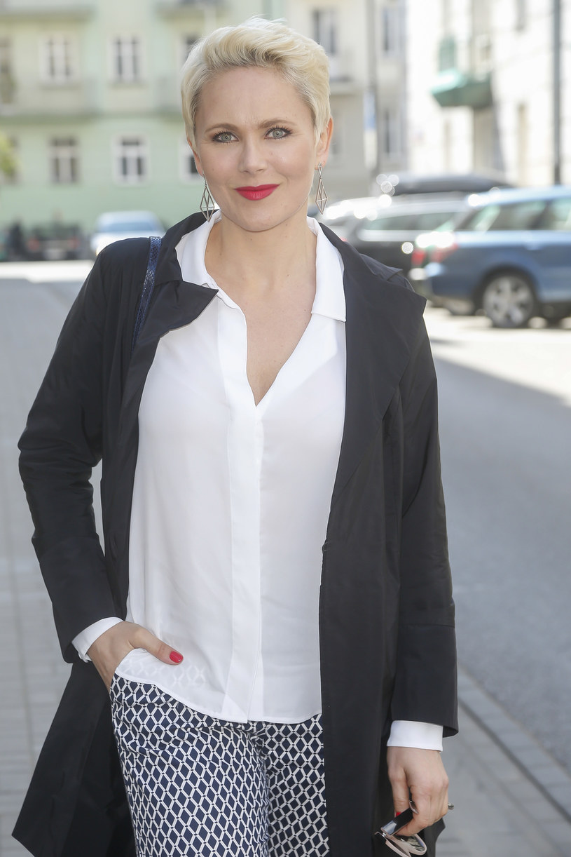 Anna Samusionek uważa, że gwiazdy powinny się angażować w kampanie społeczne i akcje dobroczynne. Jej zdaniem znanym i lubianym osobom łatwiej jest nakłonić odbiorców do działania, np. przełamania wstydu przed samobadaniem piersi. Ona sama zachęca do tego wszystkie Polki.