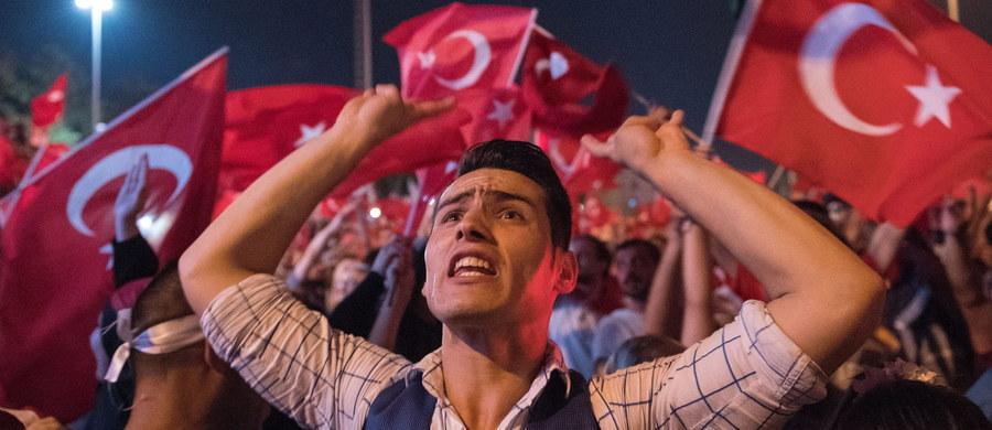 W całej Turcji, w tym także w Stambule i Ankarze, zwolniono ze służby ok. 8 tys. policjantów - podaje Reuters, powołując się na wysokiego rangą anonimowego informatora. Zwolnienia to odpowiedź władz na piątkową próbę wojskowego zamachu stanu. Wówczas zginęło ponad 290 osób, a około 1440 zostało rannych.