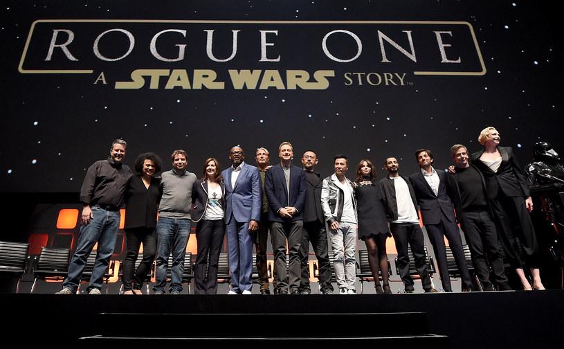 """""""Po raz pierwszy w historii serii, akcja kolejnego filmu zacznie się dokładnie w tym samym miejscu, w którym skończył się poprzedni, sekundy po finale poprzedniej części"""" - zdradził Rian Johnson. Reżyser ósmej części """"Gwiezdnych wojen"""" ujawnił nowe szczegóły na temat nadchodzącej produkcji w niedzielę, 17 lipca, podczas święta fanów gwiezdnej sagi Star Wars Celebration Europe w Londynie."""