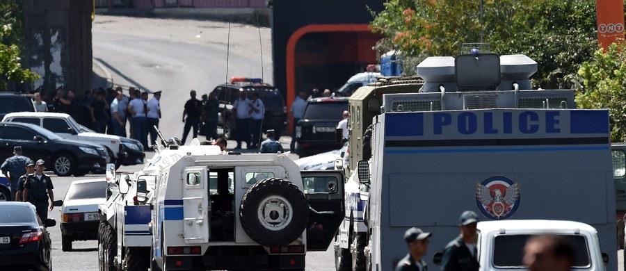 Władze Armenii wezwały napastników okupujących posterunek policji w stolicy kraju Erywaniu, by się poddali i wypuścili czterech zakładników, których przetrzymują od niedzieli. Wciąż trwają negocjacje w celu pokojowego rozwiązania sytuacji.
