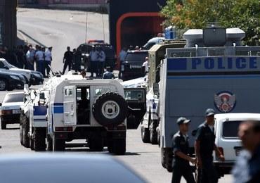 Napastnicy wciąż okupują komisariat w Erywaniu. Władze wzywają, by się poddali