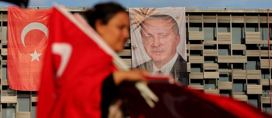 """Szef MSZ Turcji Mevlut Cavusoglu za """"nie do zaakceptowania"""" uznał wypowiedź komisarza ds. rozszerzenia UE Johannesa Hahna o tym, że niezwłoczne zatrzymania po udaremnionym puczu wskazują, iż tureckie władze już wcześniej miały przygotowaną listę podejrzanych."""