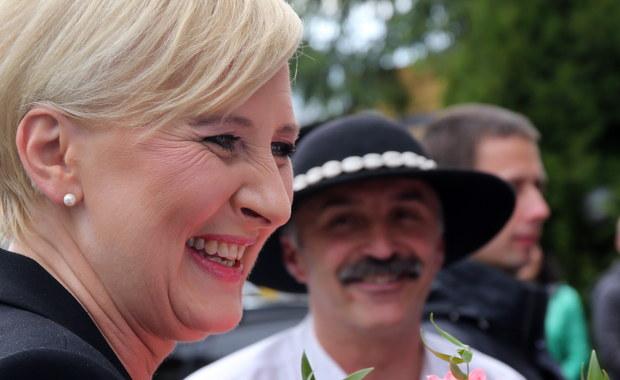 """Dzięki ustawie, którą podczas dzisiejszego posiedzenia Sejmu chce przeforsować PiS, po raz pierwszy pensję dostanie pierwsza dama - podaje """"Rzeczpospolita"""". W ramach zmiany przepisów podwyżki dostaną również członkowie rządu."""