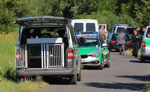 Uzbrojony w topór i nóż 17-letni Afgańczyk zaatakował wieczorem pasażerów w pociągu regionalnym w okolicach Wuerzburga w Bawarii - przekazał szef MSW Bawarii. Pięć osób zostało rannych, w tym cztery ciężko. Policja zastrzeliła napastnika.