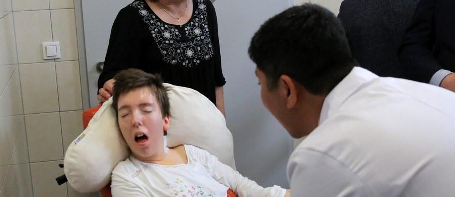 Wyniki badań przeprowadzone u czwórki osób w śpiączce, którym dwa miesiące temu wszczepiono stymulatory mózgu potwierdziły poprawę stanu zdrowia.