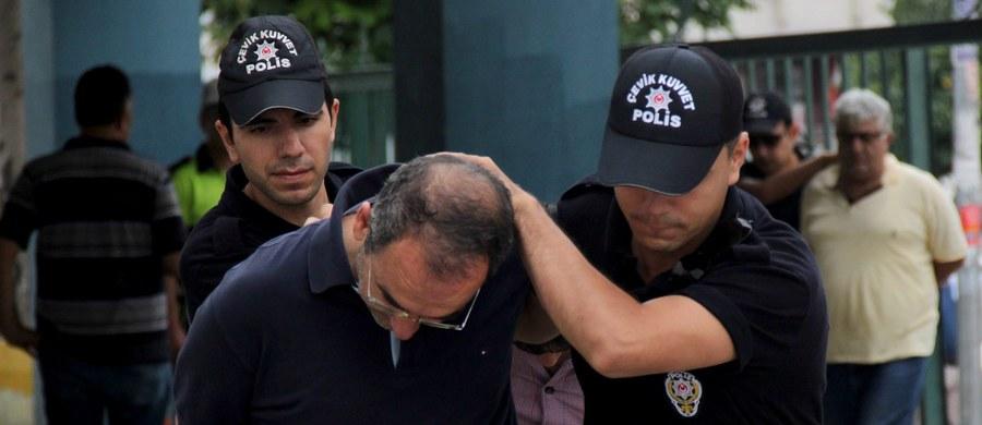 W związku z podejrzeniem o udział w niedawnej próbie puczu bądź pod zarzutem powiązań z terroryzmem setki osób odsunięto od pracy w kancelarii premiera Turcji, w wywiadzie i w urzędzie ds. religijnych. Licencje odebrano także wszystkim stacjom radiowym i telewizyjnym, mającym - jak ustalono - powiązania z ruchem religijnym Hizmet, którego sympatycy są oskarżeni o zorganizowanie niedawnego puczu.