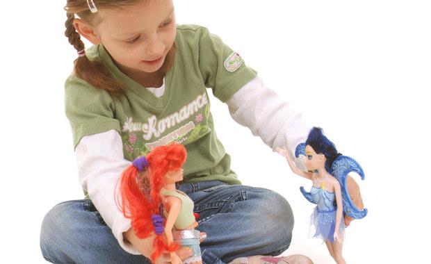 """Dzieci wolą bawić się zabawkami typowymi dla ich płci już w wieku 9 miesięcy, znacznie wcześniej, niż do tej pory przypuszczano - twierdzą brytyjscy naukowcy. Badacze z City University London i University College London sugerują na łamach czasopisma """"Infant and Child Development"""", że rozwój dziewczynek i chłopców przebiega w tej sprawie odmiennie, a upodobania te - poza środowiskowymi - mają też podłoże biologiczne."""