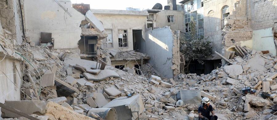 56 cywilów zginęło w nalocie przeprowadzonym we wtorek przez koalicję dowodzoną przez USA na północy Syrii - podało Syryjskie Obserwatorium Praw Człowieka z siedzibą w Londynie. Z kolei w nalotach przeprowadzonych najpewniej przez Rosjan zginęło 21 cywilów.