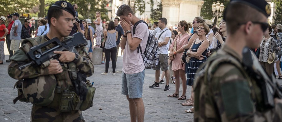 Francuskie Zgromadzenie Narodowe zaaprobowało przedłużenie stanu wyjątkowego o sześć miesięcy, czyli do końca stycznia 2017 r. Francja musi spodziewać się kolejnych ataków - ostrzegł premier Manuel Valls. Decyzję podjęto pięć dni po zamachu terrorystycznym w Nicei, w którym zginęły 84 osoby. W środę głosowanie w tej sprawie ma odbyć się w Senacie.
