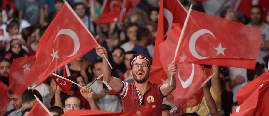 Nadzorująca system oświatowy Turcji Wysoka Rada Edukacji zabroniła wszystkim nauczycielom akademickim wyjazdów za granicę. Zakaz ma obowiązywać do odwołania - poinformowała turecka państwowa telewizja TRT.