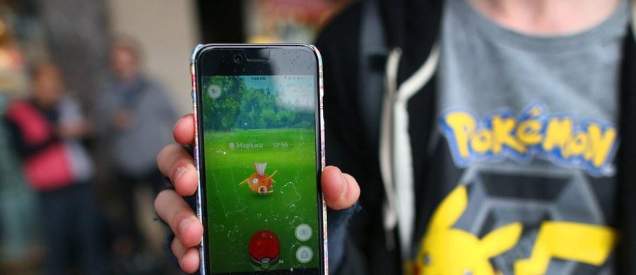 """Fenomen gry o Pokemonach pomaga w opiece nad porzuconymi psami we Wrocławiu. Gracze zabierają czworonogi na kilkugodzinne poszukiwania. Taki spacer trwa do dwóch godzin, a para człowiek-zwierzę potrafi pokonać blisko dziesięć kilometrów. """"To idealne połączenie przyjemnego z pożytecznym"""" – przyznają wolontariusze i zachęcają innych graczy i schroniska do podobnej współpracy."""