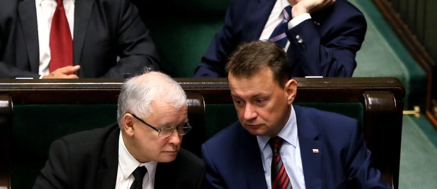 Prawo i Sprawiedliwość nie traci czasu - chce jak najszybciej przeprowadzić przez Sejm podwyżki wynagrodzeń dla osób zajmujących kierownicze stanowiska w państwie, m.in. prezydenta, premiera, ministrów, wiceministrów. Jutro rano projektem ma zająć się sejmowa komisja finansów, tak by już w piątek Sejm przegłosował ustawę przesadzającą o podwyżce rządowych pensji od 2 do 7 tysięcy złotych.