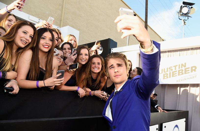 Justin Bieber jest uwielbiany przez fanów na całym świecie. Pod jego urokiem znajdują się zwłaszcza przedstawicielki płci pięknej. Zobaczcie, jak gwiazdor zareagował, kiedy jedna z nich, spotykając swojego idola w sklepie, chciała się do niego przytulić.