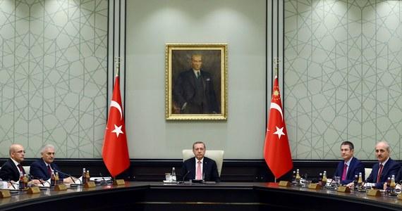 Dwóch sędziów tureckiego Trybunału Konstytucyjnego w Turcji trafiło do aresztu - poinformowała w środę prywatna telewizja NTV. To ciąg dalszy czystek w sądownictwie, wojsku, policji, oświacie i urzędach po nieudanym puczu wojskowym. Sędziowie znaleźli się w grupie 113 zatrzymanych wcześniej przedstawicieli wymiaru sprawiedliwości, których aresztowano pod zarzutem udziału w przewrocie.