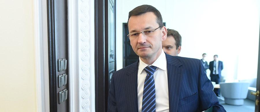 """Popieram obniżenie wieku emerytalnego do 60 lat dla kobiet i 65 dla mężczyzn, ale ci, którzy mogą i chcą pracować dłużej, nie powinni być """"wypychani do szarej strefy"""" - powiedział wicepremier i minister rozwoju Mateusz Morawiecki."""