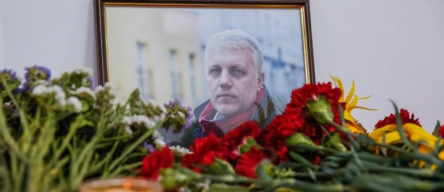 """Prowadzący śledztwo w sprawie śmierci znanego białoruskiego, rosyjskiego i ukraińskiego dziennikarza Pawła Szeremeta, skłaniają się ku wersji, że to właśnie on był celem zamachu, w którym zginął w środę w Kijowie - podał tygodnik """"Dzerkało Tyżnia"""". Według tygodnika, który powołuje się na źródło w organach ścigania, kijowska prokuratura odrzuciła wersję, jakoby celem była szefowa gazety internetowej """"Ukraińska Prawda"""" Ołena Prytuła, właścicielka auta, w którym podłożono bombę."""