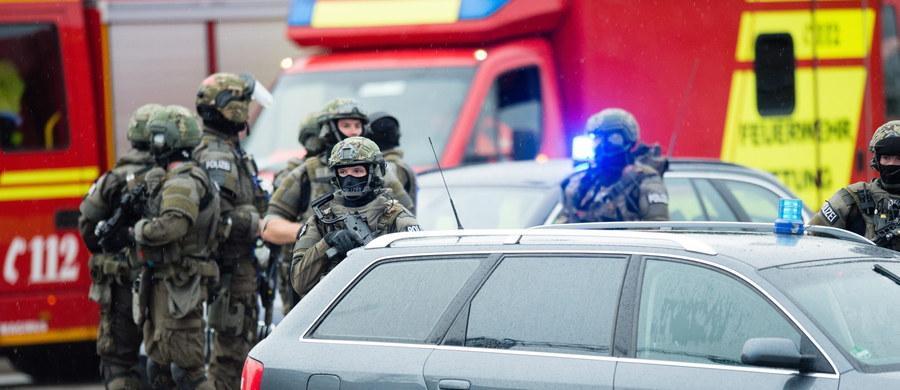 """18-letni Niemiec pochodzenia irańskiego zastrzelił w piątek w centrum handlowym w Monachium dziewięć osób, a potem popełnił samobójstwo. Według policji napastnik działał prawdopodobnie sam. """"Podczas pościgu, w którym brały udział duże siły policyjne, około godz. 20.30, znalezione zostało ciało mężczyzny, który - jak wynika z dotychczasowego śledztwa - popełnił samobójstwo"""" - powiedział szef policji w Monachium Hubertus Andra. Jego zdaniem był to poszukiwany podejrzany. """"Informacje, że w przestępstwie uczestniczyły jeszcze inne osoby, nie potwierdziły się"""" - wyjaśnił komendant monachijskiej policji. Śledczy ustalili, że napastnik najpierw strzelał w restauracji McDonald's, a potem w centrum handlowym, na terenie którego znajduje się ta restauracja. Później podjął próbę ucieczki. Napastnik strzelał z pistoletu, a nie - jak wcześniej podawano - z broni długiej."""