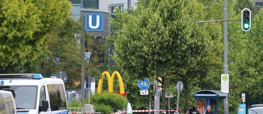 Wśród ofiar piątkowego ataku w Monachium nie ma polskich obywateli - powiedział szef Biura Prasowego MSZ Rafał Sobczak. Jak dodał, taką informację polskim służbom konsularnym przekazała niemiecka policja. W piątek 18-letni Niemiec pochodzenia irańskiego zastrzelił w centrum handlowym w Monachium dziewięć osób. Napastnik działał prawdopodobnie w pojedynkę. Popełnił samobójstwo.